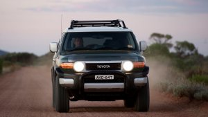 fj-cruiser-ebony-front-headlamps